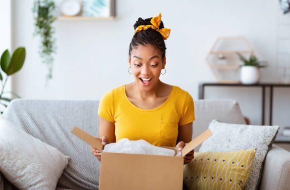 une femme ouvre un carton cadeau