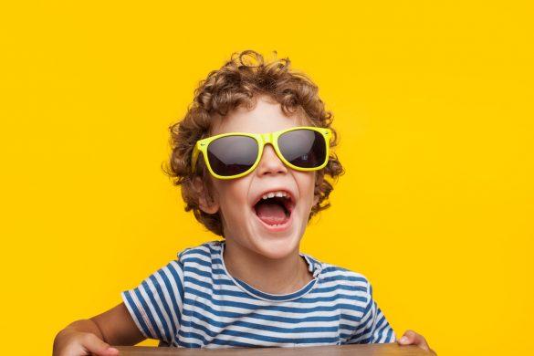 petit garçon joyeux porte des lunettes de soleil