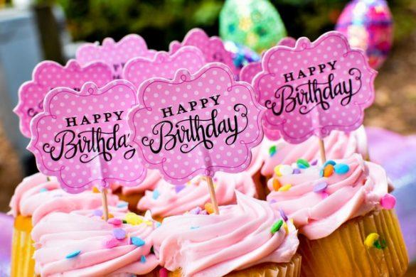 Topper Happy brithday posé sur cupcake