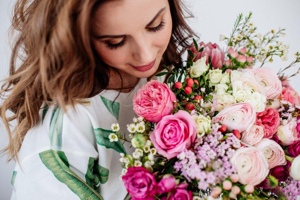 visage femme au dessus d'un bouquet de fleurs