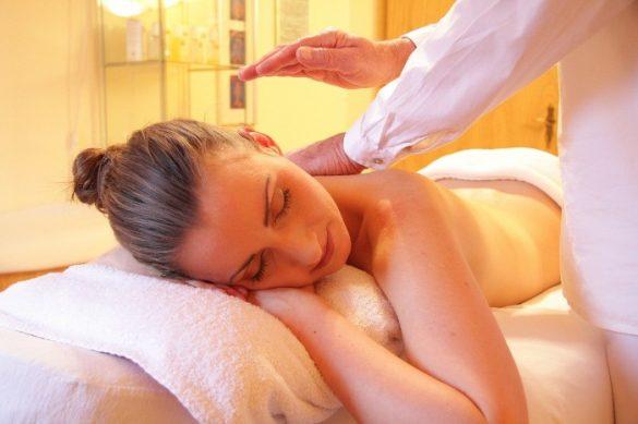 femme allongée sur une table pour massage