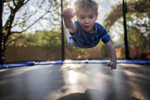 enfant saute sur un trampoline