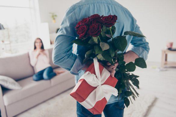 hoimme cache un cadeau et un bouquet de fleurs dans son dos