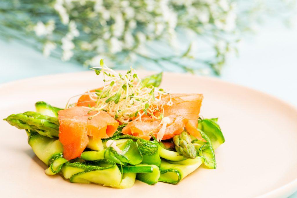entrée composée de courgette d'asperges vertes et de saumon