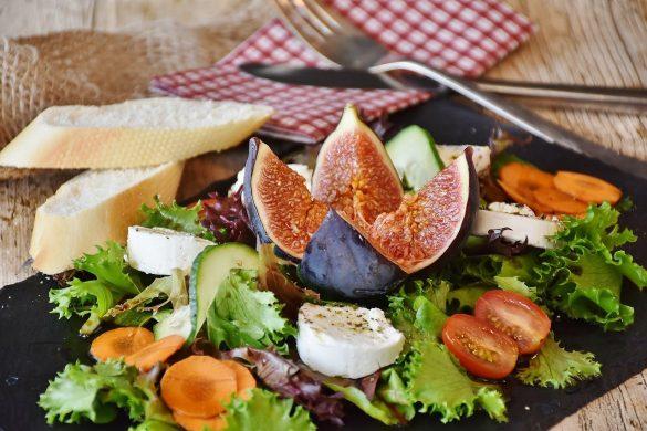présentation plateau avec salade fromage et figues