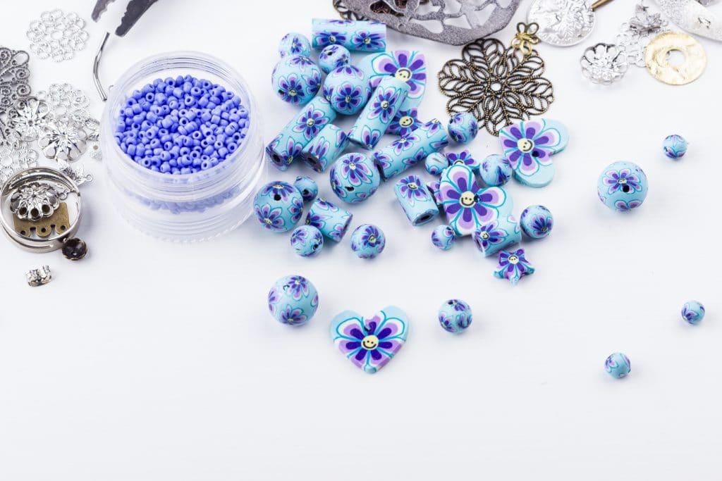 perles de différentes formes decouleurs bleues sur fond blanc